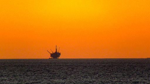 512px-Off_Shore_Drilling_Rig,_Santa_Barbara,_CA,_6_December,_2011
